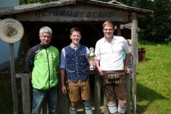Sieger des Weißwurstpokales, Hannes Büttner mit Pokalspender Hans Nefzger (links) und 1. Schützenmeister Erwin Spar