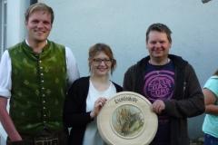 (von links) Schützenkönig Erwin Spar mit seiner Schützenliesl, Michaela Higl, bei der Übergabe der Liesl-Scheibe an den Sieger Markus Artner