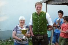 Siegerin des Endpokales von Grüne Eiche, Rita Dax, mit 1. Schützenmeister Erwin Spar, sowie hinten rechts den Sieger des Jugend-Endpokales Niklas Erber mit der begehrten Trophäe