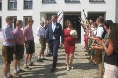 Erwin Spar jun. mit seiner Braut Michaela beim Verlassen des Rathauses. Neben den Spalier stehenden Grüne Eiche-Schützen ließen es sich seine Freunde von der Scheebecka-Hitt'n nicht nehmen um dem Brautpaar seine Aufwartung zu machen.