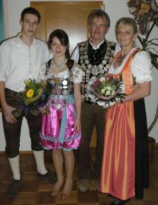 Die Könige im Jubiläumsjahr: Jungschützenkönigin Carolin Reitberger (hier mit Schützenhansl Marco Haider) und Schützenkönig Bernd Büttner (hier mit Ehefrau und Schützenliesl Sonja)